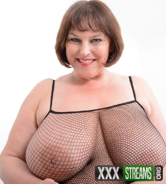 Carol Brown EU 50 – British huge breasted housewife Carol Brown playing with her toys (2018/Mature.nl/SD)