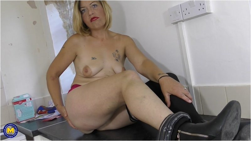 Filthy Emma – British housewife fooling around (Mature.nl/2019/SD)