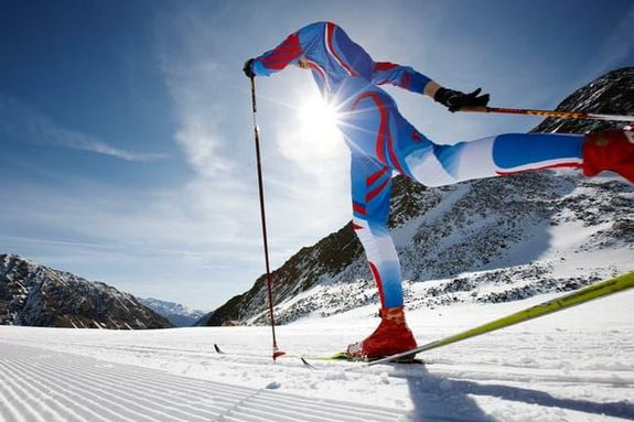 10- مارس الرياضة في الهواء انطلق بزلاجاتك على الثلج، فالدراسات تشير إلى أن التدريبات الشتوية قد تساعدك على حرق المزيد من ال