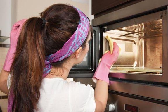 2- لا تقم بتنظيف الميكروويف بعد كل استخدام. يعتبر فرن الميكروويف من أكثر الأماكن أمانًا لإذابة الأطعمة المجمدة ، ولكنه ليس آمنًا إذا كان يتلف الطعام.