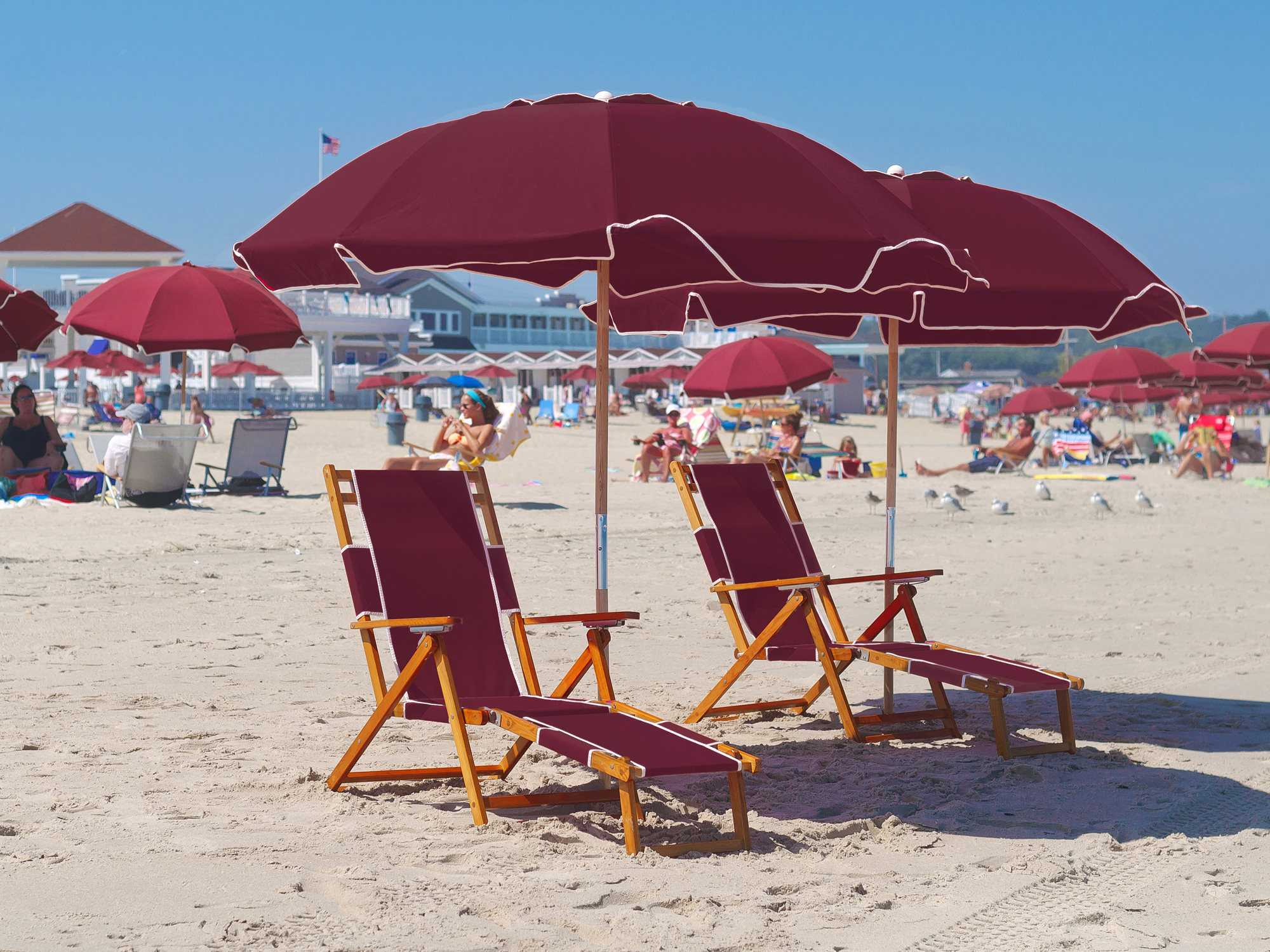 beach chairs and umbrella spandex chair covers navy blue frankford umbrellas oak wood lounge set