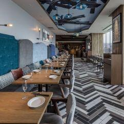The Living Room With Sky Bar Interior Design Ideas In India ザリビングルームウィズスカイバー 間とともに表情を変える名古屋の街並みとともに シーンにあわせてご利用いただけます