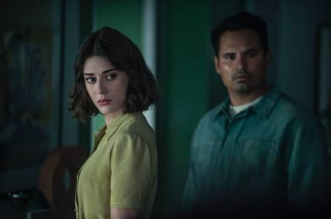 Lizzy Caplan & Michael Pena in de Netflix-film Extinction