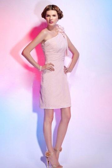 robe-fourreau-courte-asymetrique-avec-fleur-ruchee