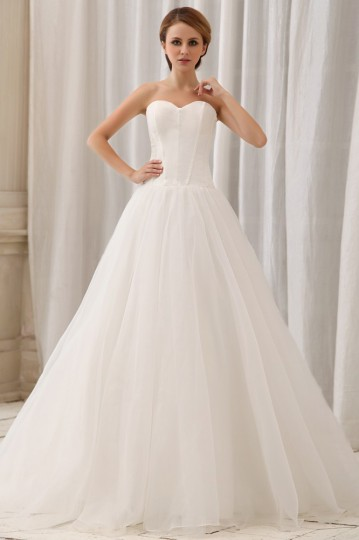 Une robe de mariée blanche sans bretelle est parfaite pour les filles du Bélier