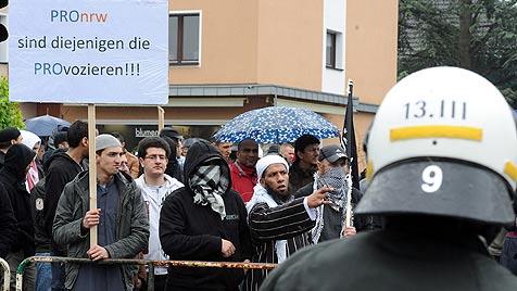 Rechtsextreme vs. Salafisten: Beamte schwer verletzt (Bild: dapd)