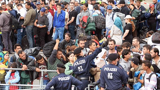 Ausnahmezustand: Die Fakten zur Flüchtlingskrise (Bild: APA/ROLAND SCHLAGER)