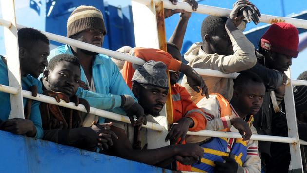 """Gerettete Migranten auf dem Schiff """"Tuna 1"""" im Hafen von Palermo (Bild: AFP)"""