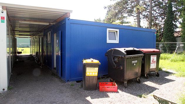 Zumindest zwei der Verdächtigen lebten in diesem Flüchtlingscontainer am Messegelände von Tulln. (Bild: Andi Schiel)