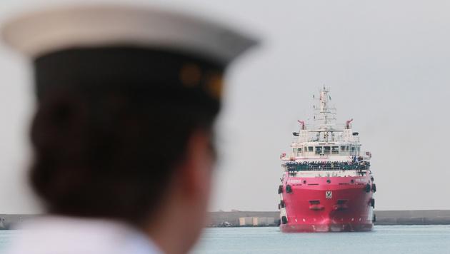 NGO-Schiff konnte nicht in Lampedusa anlegen (Bild: AFP)