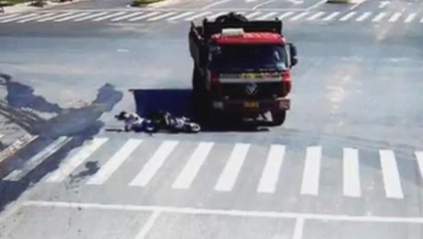 Lkw zerlegt Motorrad, aber Biker steht wieder auf! (Bild: YouTube.com)
