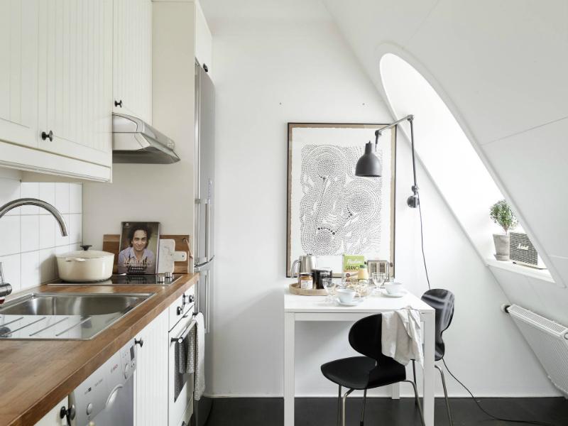 Biaa kuchnia z drewnianym blatem kwadratowy  zdjcie w