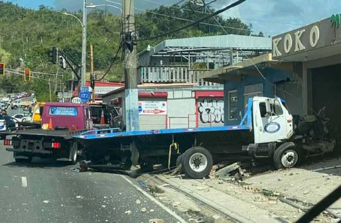 Accidente con camión deja tres heridos