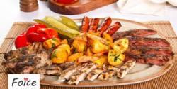 Над 1кг апетитно хапване за вкъщи! Плато с домашен суджук, пилешко филе, шишчета, картофки и пърленки