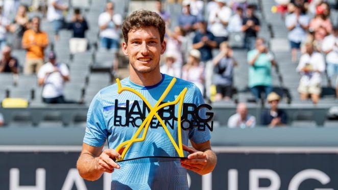 Pablo Carreño posando con el trofeo del torneo ganado en Hamburgo.