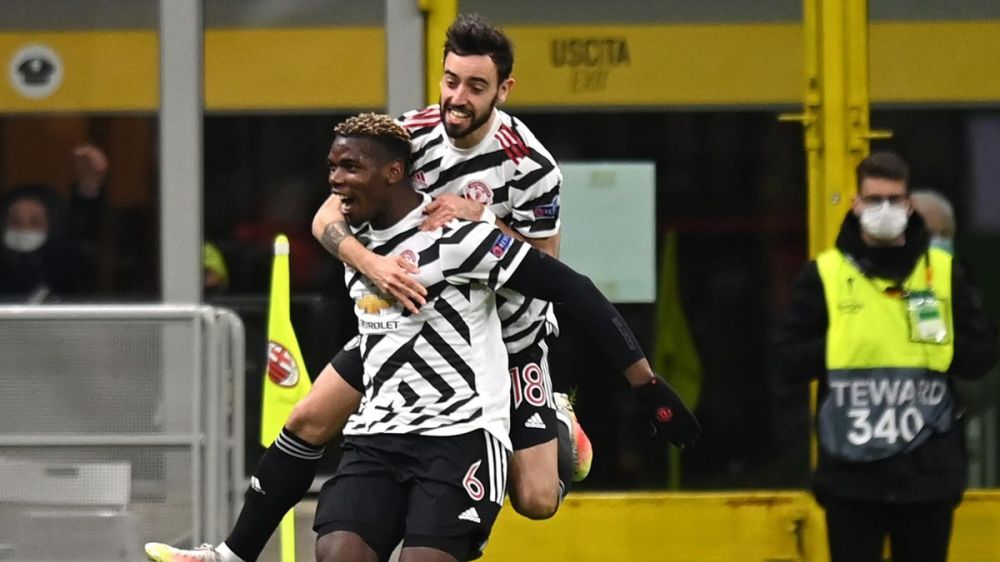 Paul Pogba of Manchester United celebrates with Bruno Fernandes