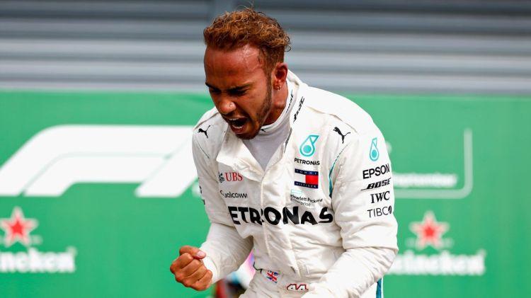 La Ferrari è la squadra più iconica nella storia della Formula 1. Ecco perché è così sorprendente che Lewis Hamilton, il pilota con più nella categoria, non abbia mai guidato per la scuderia di Maranello.Il britannico stesso è sorpreso e assicura di non sapere perché un accordo tra le due parti non si sia mai materializzato.