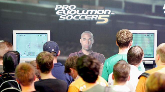 Des joueurs essayent PES 5 lors d'une convention à Cologne, en août 2005