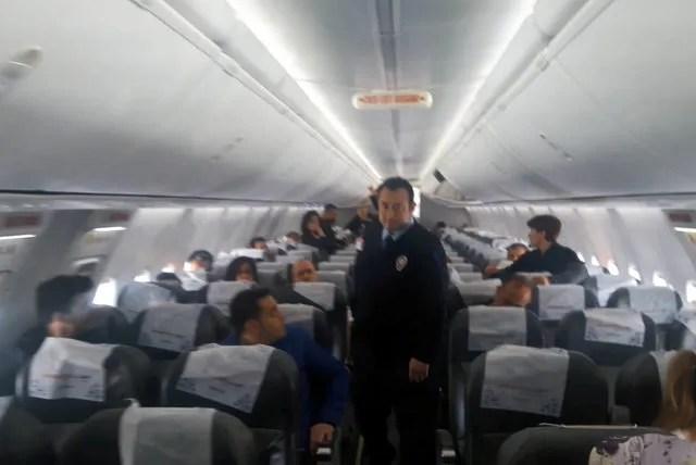 Kahramanmaraş'ta 2 kez uçaktan indirilen yolculardan tepki