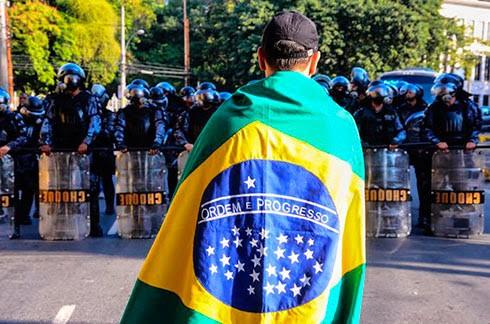 Protestar com a bandeira nacional enrolada ao corpo no protege ningum