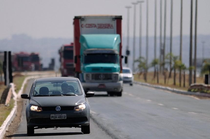 Uso obrigatrio de farol baixo durante o dia em rodovias agora lei