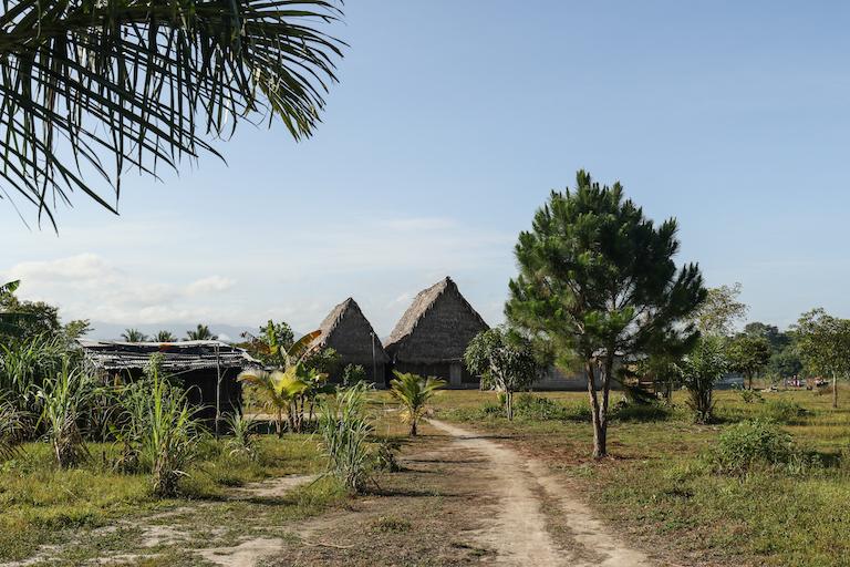 Dos templos construidos recientemente sirven como la pieza central de la comunidad Garifuna de Vallecito.  Imagen de Christopher Clark para Mongabay.