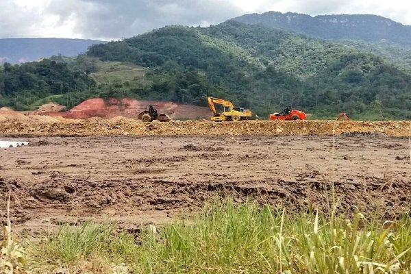 Trabajos en la parroquia Tundayme, cantón El Pangui, provincia de Zamora, donde se desarrolla el proyecto megaminero Mirador. Foto Comunidad Cascomi.