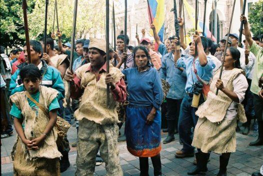 Los indígenas awá protestando frente al Palacio de Gobierno, en el Centro Histórico de Quito en 2007. Foto: Julianne A. Hazlewood.