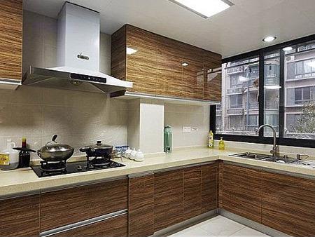 kitchen work station cabinet legs 买房户型选择 好厨房都长什么样 房天下买房知识 是常见的厨房设计 这种方式是在两面相连的墙之间划分区域 这个工作三角可以让1人以上同时操作 炉灶 水槽 消毒柜以及冰箱 每个工作站之间都留有操作台面 防止溅