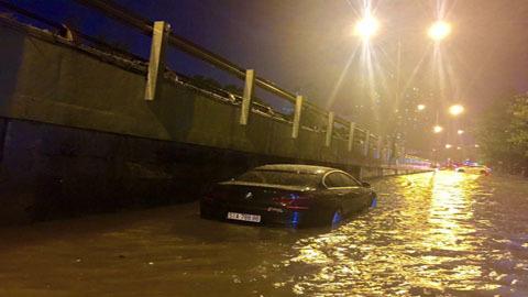 xế hộp, ô tô, TP.HCM, Sài Gòn, nước ngập, ngập lụt, kẹt xe