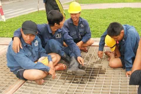 lương khủng, công nhân, thoát nước, độc hại, khó khăn, nặng nhọc