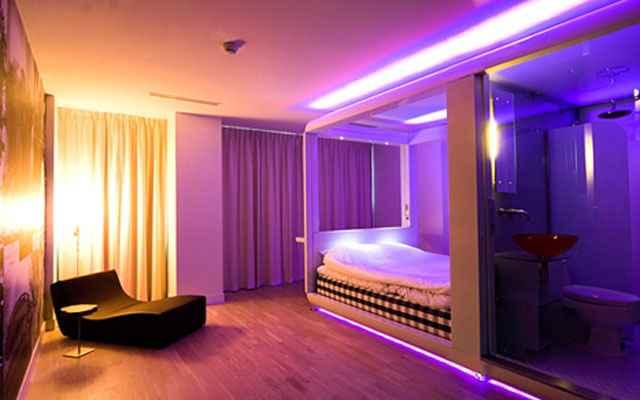 A decoração futurista investe em formas exóticas e abusa de cores contrastantes e néons (Reprodução/Internet)