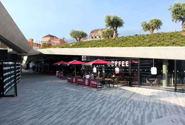 O projeto preservou o nível da rua em um espaço onde se projetou um centro comercial, com lojas, uma livraria e um café (Divulgação/Balonas e Menano)