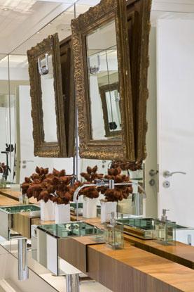 A pia espelhada e o espelho lateral fazem com que o banheiro criado pela arquiteta Letícia Ruivo pareça maior (Letícia Ruivo/Divulgação)