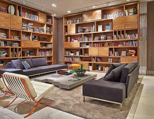 Se você tem muitos exemplares e espaço, o ideal é investir em uma grande estante para criar um visual descolado e organizado (Líder Interiores/Divulgação)
