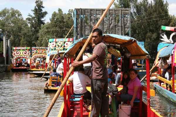 É pelos canais do bairro de Xochimilco, dentro dos cerca de 2.500 barcos coloridíssimos, que se faz um dos passeios mais inusitados na Cidade do México. Nos barcos, todos batizados com nomes femininos, comemoram-se aniversários, amigos se reúnem e turistas dividem espaço com os locais. Foto: Juliana Aragão/DP/D.A Press
