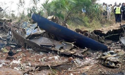 Um avião de carga saiu da pista quando tentava pousar em Brazzaville, no Congo, matando cerca de 30 pessoas, a maioria moradores de um bairro próximo ao aeroporto. Foto: Guy-Gervais Kitina/AFP.