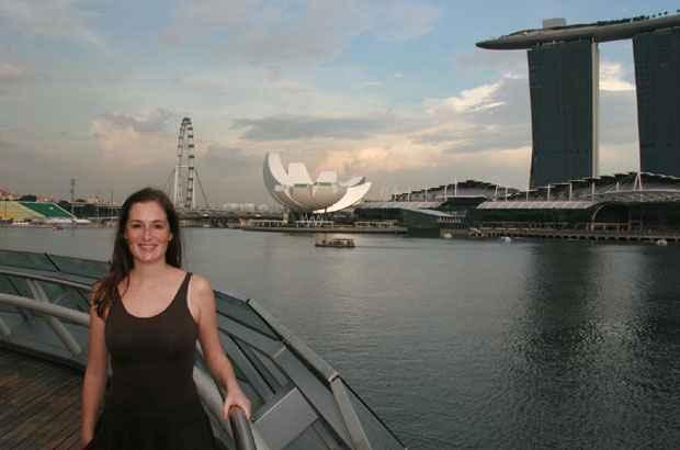 Catarina Longman na paisagem de Cingapura. Foto: Arquivo Pessoal/Divulgação