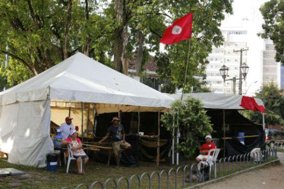 Além de tenda com acampados, MST montou feira orgânica no praça. Foto: Tassio Alves/Cortesia