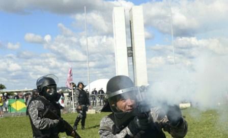 Policiais e manifestantes em confronto. Foto: Ed Alves/CB/D.A Press (Policiais e manifestantes em confronto. Foto: Ed Alves/CB/D.A Press)