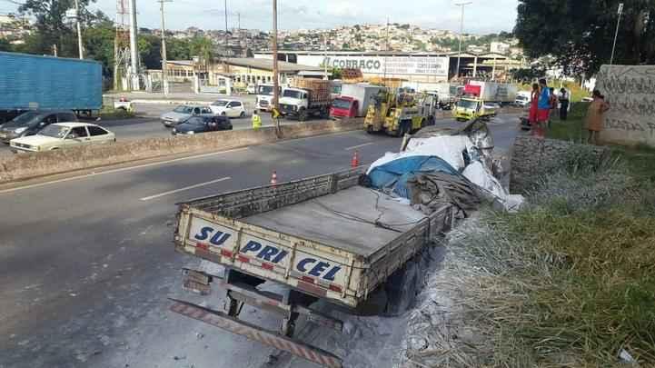 Caminhão sem controle atingiu van e dois carros na altura do Bairro Betânia