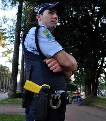 Guarda municipal com pistola na cintura na Praça da Liberdade: são 200 armas com os agentes da capital (TÚLIO SANTOS/EM/D.A PRESS)