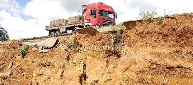 Caminhão passa em trecho afetado da rodovia: Dnit diz que notificou construtoras para realizar retrabalho (Renato Weil/EM/D.A Press)