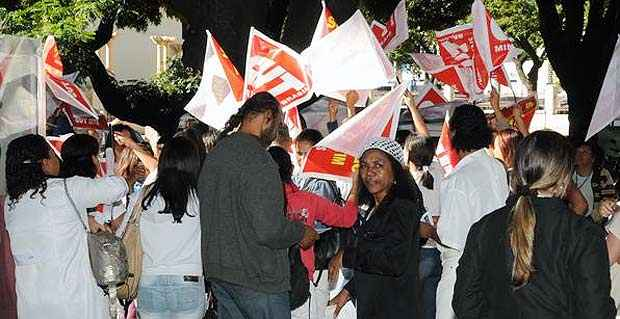 Durante a manhã, os servidores também saíram em passeata por vias da cidade (Paulo Filgueiras/EM/D.A.Press)
