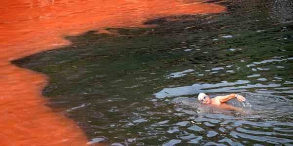 Proliferação de alga deixou água vermelha (AFP)