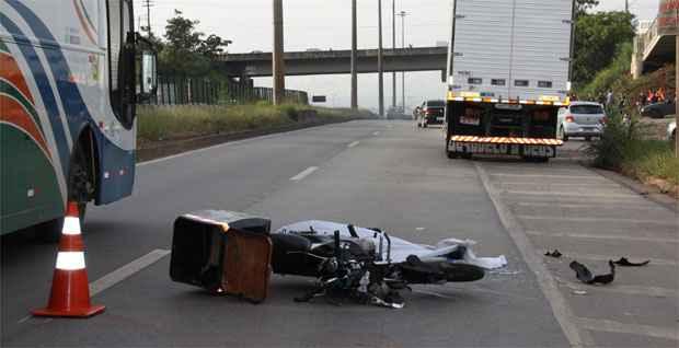 Em Contagem, um motociclista morreu após bater em um caminhão na mesma rodovia nesta manhã (Mário Martins/Esp. EM/DA Press)