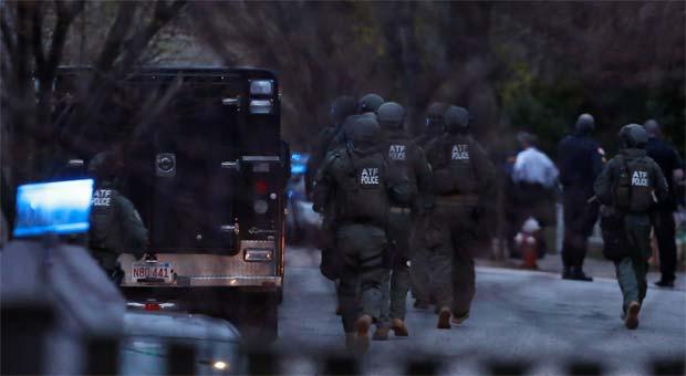 Mais de cem agentes participaram do cerco ao local onde o suspeito estava (REUTERS/Shannon Stapleton)
