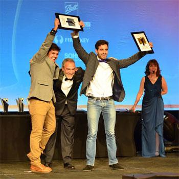 Os irmãos Tiago Carneiro, à esquerda, e José Felipe Carneiro durante a premiação no campeonato internacional 'World Beer Cup' (Wäls/Divulgação)