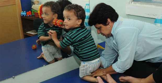 No tratamento, o pequeno Vítor se esforça para ficar de pé e andar um dia (Gladyston Rodrigues/EM/DA Press)