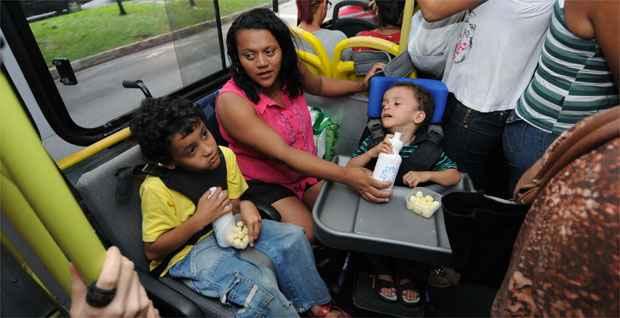 Já no coletivo, ela alimenta os filhos depois de um dia de terapias (Gladyston Rodrigues/EM/DA Press)